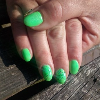 Gelnagels neon green met glitter.jpg