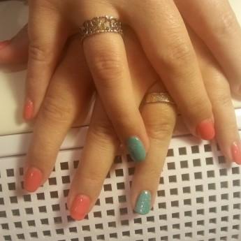 Pearl coral  ringvinger mint met dazzlings en sparking topcoat.jpg