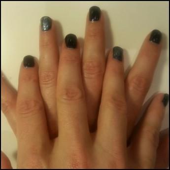 Midnight blue met sparkling topcoat op ringvinger.jpg